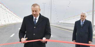 Prezident İlham Əliyev avtomobil tunelinin rəmzi açılışını bildirən lenti kəsdi